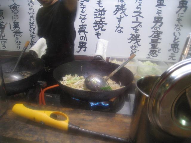 神戸ちぇりー亭 野菜を炒め、スープを鍋で暖める