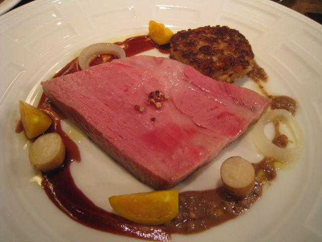 純血バスク豚肩ロースのロースト 豚耳、豚足、ゴボウ、大麦のガレット添え