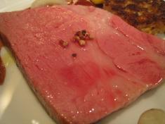 純血バスク豚肩ロースのロースト 豚耳、豚足、ゴボウ、大麦のガレット添え 豚アップ