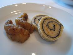 前菜のおかわり(ふかひれととびうおの卵入り魚すり身の湯葉巻き、あんこうの黒胡椒風味)