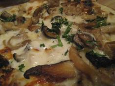バカンス食堂 ホワイトソースのピザ アップ