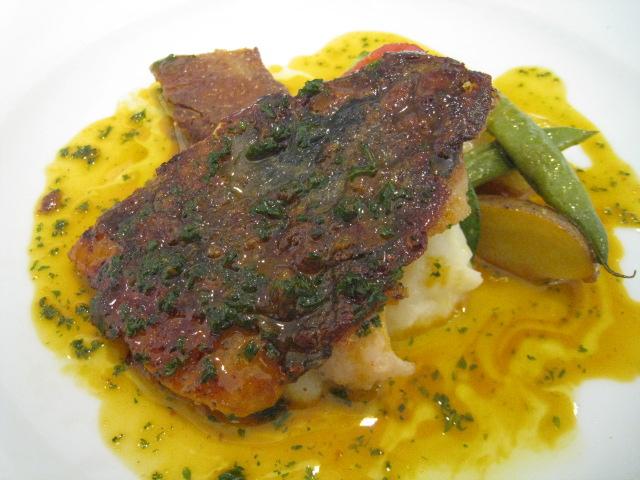 的鯛のソテー サフラン風味魚介のエキスのサルサ 的鯛の肝