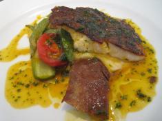 的鯛のソテー サフラン風味魚介のエキスのサルサ 的鯛の肝アップ