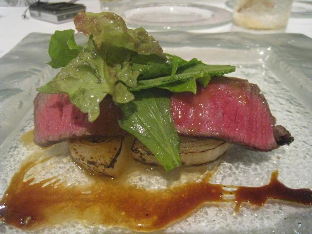 ソプラーノ 大阪ウメビーフフィレ肉のタリアータ 玉葱のポワレ、にんにくのピュレと共に