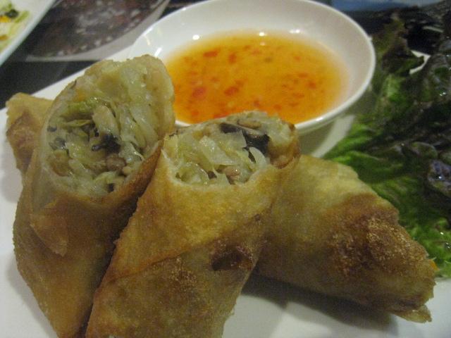 カンボジア料理の定番である揚げ春巻き「チャーヨー」