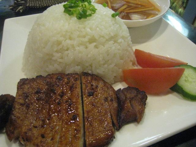 カンボジアの朝食の決定版、豚のっけご飯「バーイ・サッチュルー」