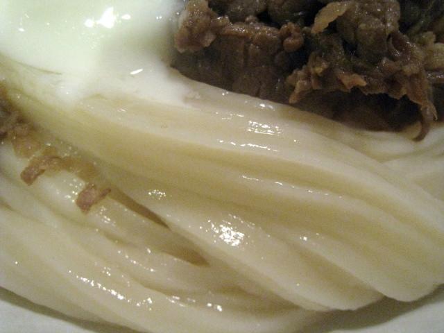 雅次郎 肉温玉ぶっかけうどん 麺アップ