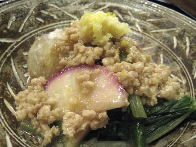 小芋の炊き合わせ ひな鶏のミンチと赤蕪の間引き菜添え