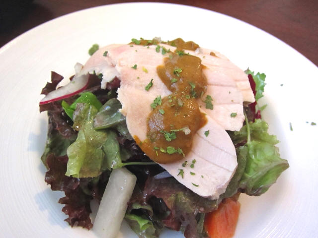 女鶏のムネ肉のポッシェ タプナードソースとサラダ