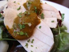 女鶏のムネ肉のポッシェ タプナードソースとサラダ アップ