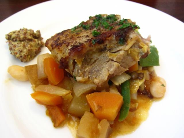 """豚バラ肉のガルビュール""""野菜と豆のスープ"""" 小皿のせ"""