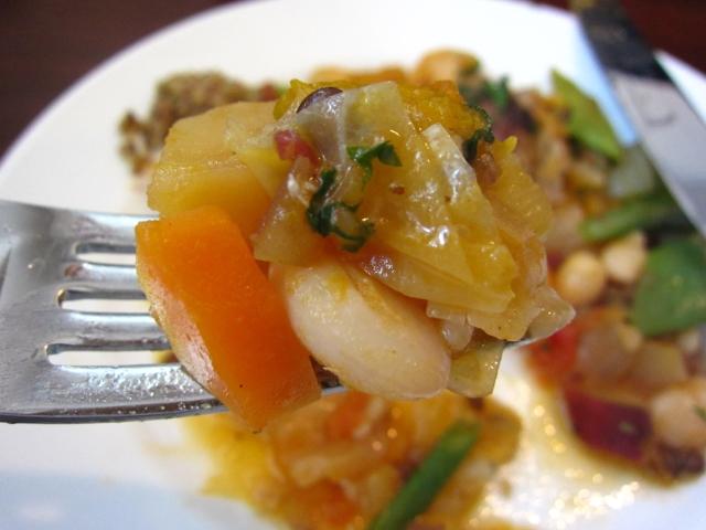 """豚バラ肉のガルビュール""""野菜と豆のスープ"""" 野菜フォーク持ち"""