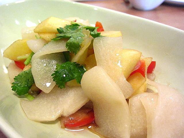 隼人瓜、リンゴ、パプリカ、香菜の黒酢和え