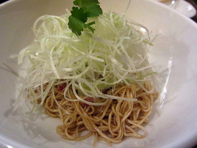 ゆであげの麺にタレを合わせたローメン 700円