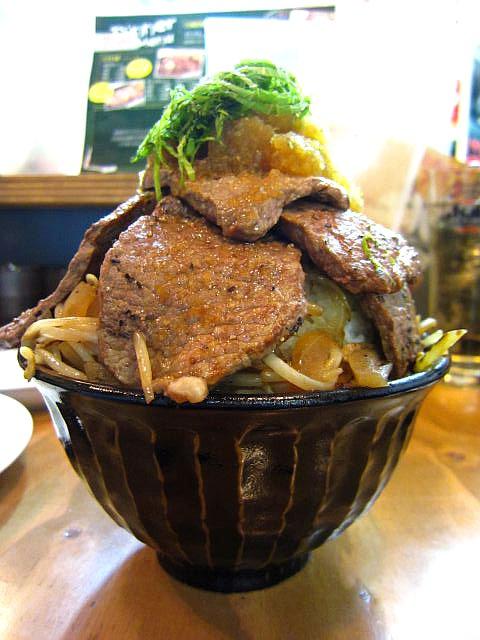 1kg特盛ステーキ丼 900円(5食限定)