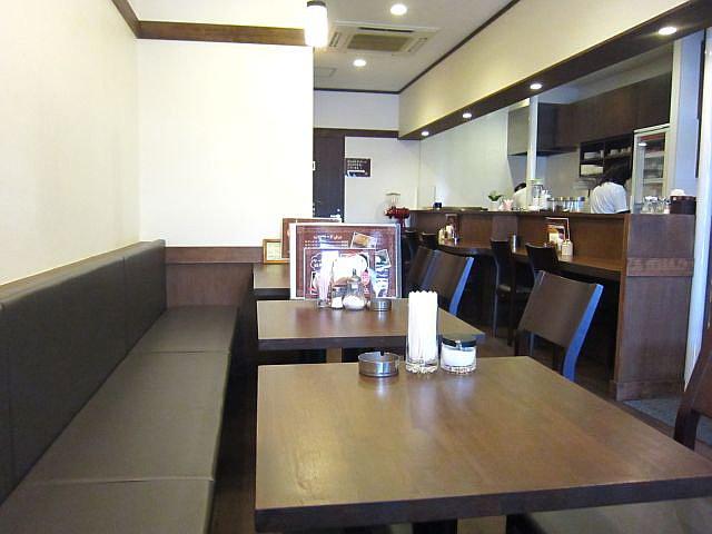 店中 カウンター テーブル席