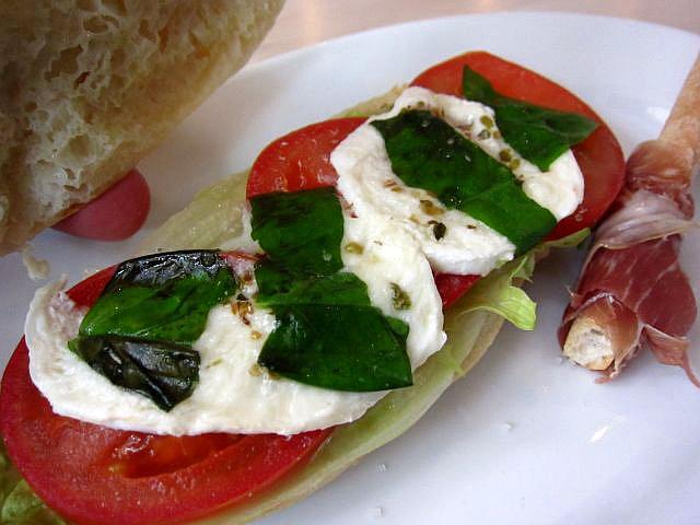 水牛のモッツァレラと野菜のパニーノ2
