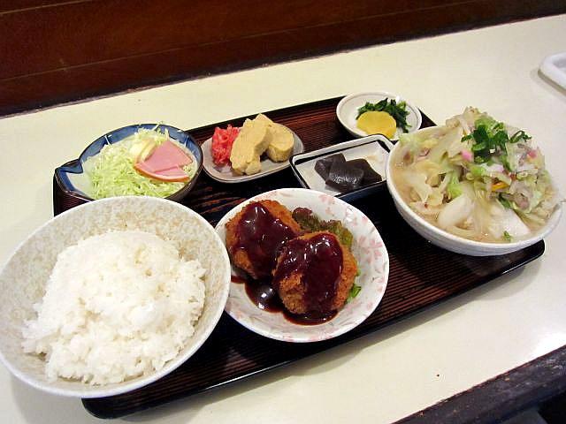 豚汁(中)定食 コロッケ 600円