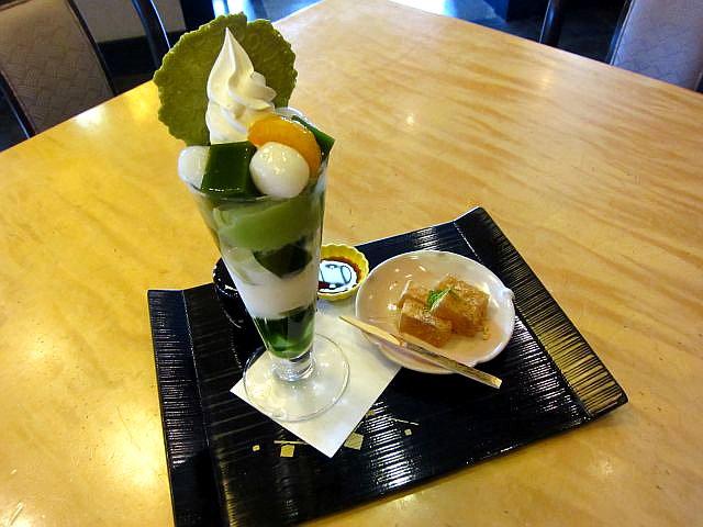 抹茶パフェと本わらびもち 892円