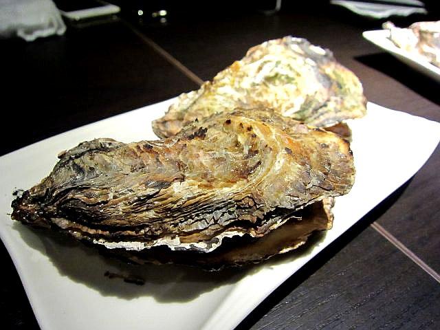 OYSTER HOUSE YAMATO 焼き牡蠣2個 580円