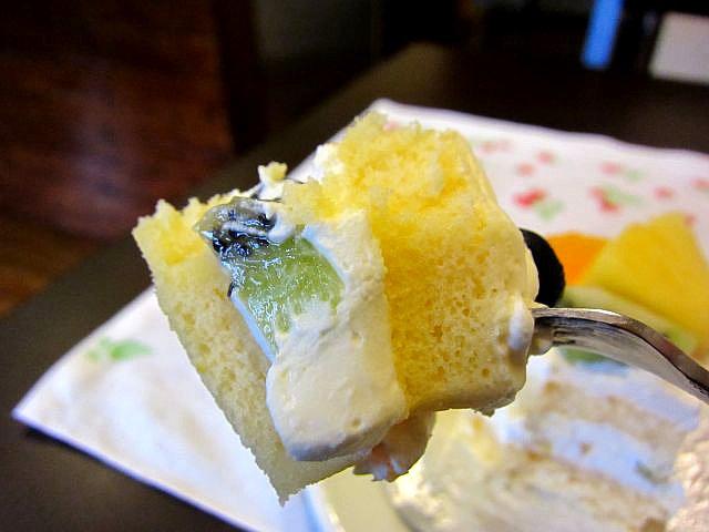 季節のフルーツのショートケーキ フォーク持ち