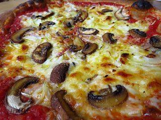 双子家ピザ 銭原玉葱とマッシュルームアップ