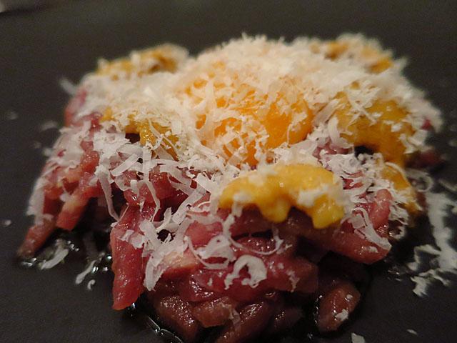 熟成肉 Bacco Bacco生ウニと牛肉ユッケの瞬間燻製アップ