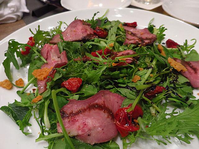 熟成肉 Bacco 牛タンローストとドライトマトのサラダ