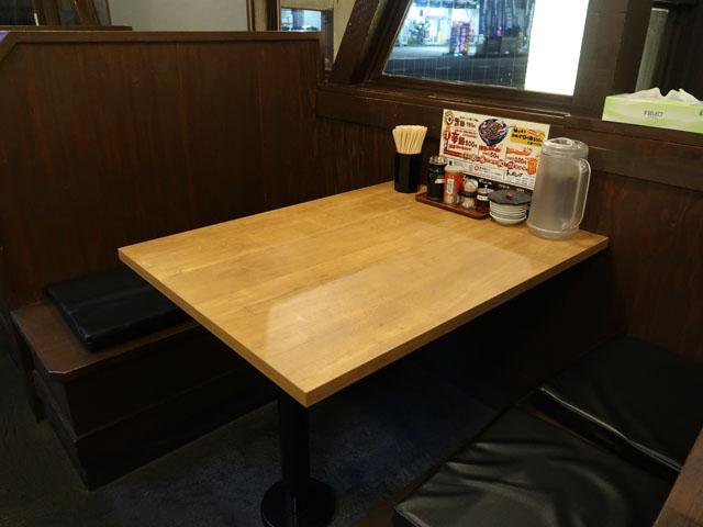 大阪辛麺 唐吉郎 店中テーブル席